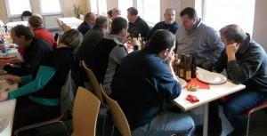 Mitglieder der Feuerwehr Besenfeld beim Weißwurtstfrühstück