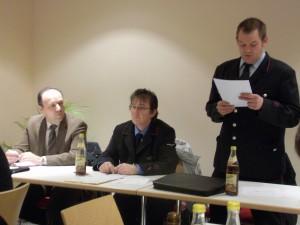 Kommandant Martin Waidelich beim Vortragen seines Berichtes